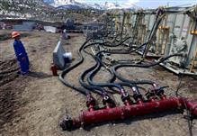A worker helps monitor water pumping pressure and temperature at a fracking site near Rifle, Colorado. Marche 29, 2013